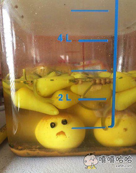 一网友说他家的鸡蛋被青椒泡好像不是很开心。