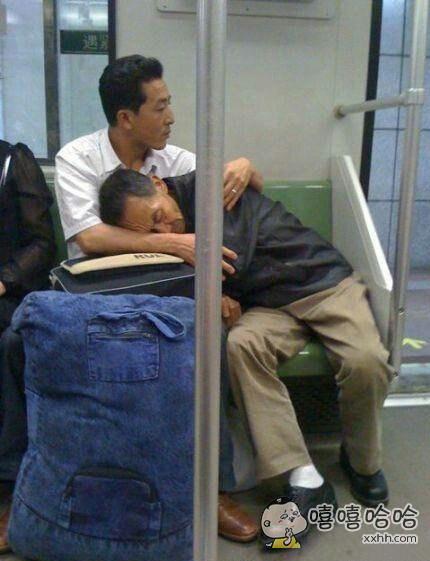 见过搂着女朋友睡觉的,也见过搂着孩子睡觉的。但看到搂着老父亲还是第一次。赞!