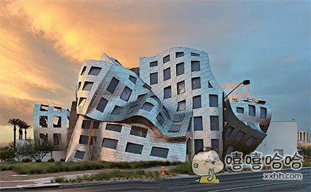位于拉斯维加斯的一幢建筑,一个专门研究脑部健康的医疗机构。这真的不是热到变形吗?