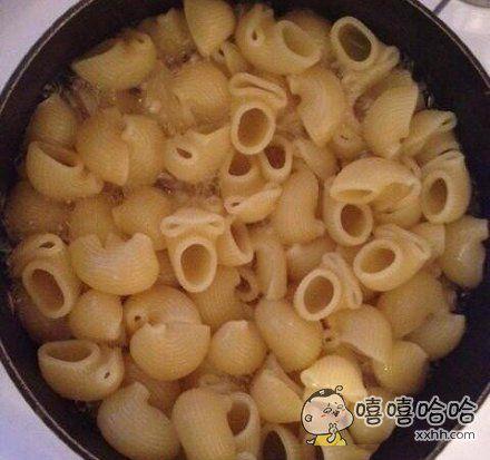 我妈做饭突然喊我过去,她说你来煮,我不忍心煮这饭了。我往锅里一看
