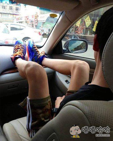 第一次见boy坐副驾驶秀腿的