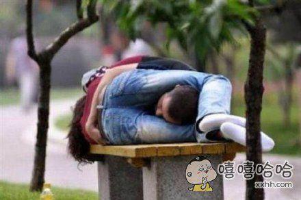 如何在狭小的长椅上睡两个人。。。