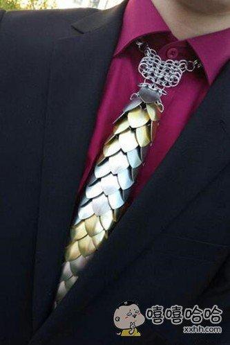 舞会上一骚年带的领带,真是屌爆了