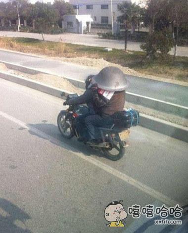 坐摩托车出门,安全是最重要的。