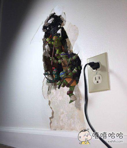 网友家的墙坏了,为了让整体看起来更和谐一些,于是他把手办摆了上去。。简直毫无违和感