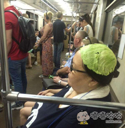 大妈这绿帽子带的真霸气!