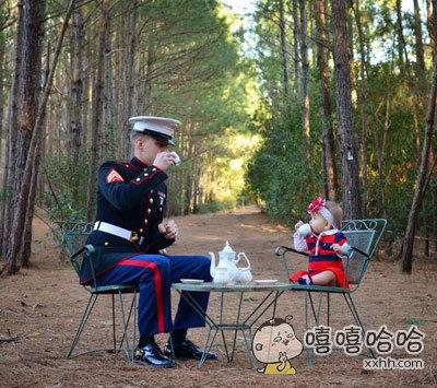 小萝莉与海军士官的下午茶,年纪小够不到桌子也要盛装出席。。。这画面好萌