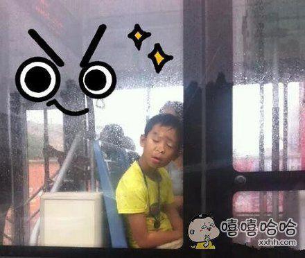 抓拍公交车上一睡姿奇葩的熊孩子