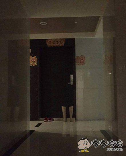 一妹子出门的时候,往邻居门口看了一眼,被吓到了