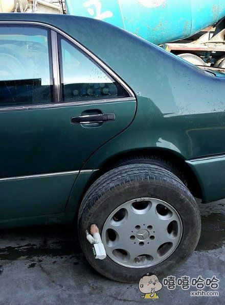 汽车被不明物体爆胎
