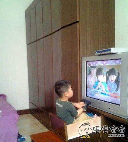 熊孩子这样看电视