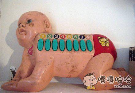 网友Kitty在地下室翻到了她小时候最喜欢的玩具小钢琴。。。。怀旧的她非常惊喜,然后把这货扔了。。。