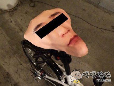 一网友因为自行车经常被偷,用自己的脸做了张坐垫~