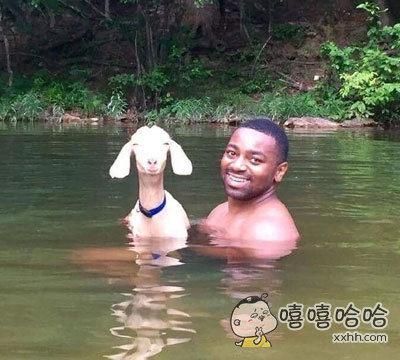 朋友和一只山羊去游泳了,而且他们看起来都非常开心!!