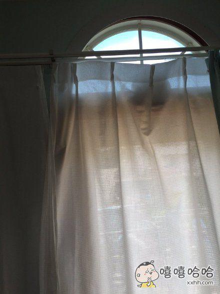 岛国一小哥在房间里打扫,突然感到被谁的视线锁定了……仔细一看发现只是窗帘的褶皱。。。