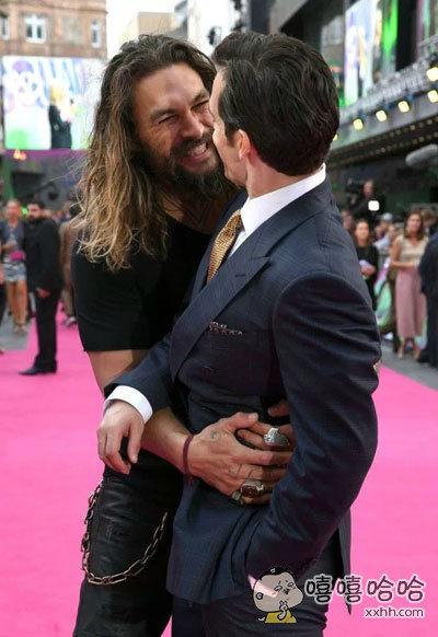 《自杀小队》欧洲首映礼上被海王偷袭熊抱的大超,不是很懂你们这些超级英雄