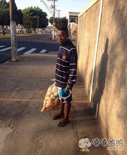 这个男子在毒贩聚集区被抓,当时他钱包里鼓鼓的全是钱。在接受警察盘问的时候,他说这些钱是用来买面包的,于是警察把他带到了最近的面包店,你能看到他眼里的喜悦之情吗。。。。