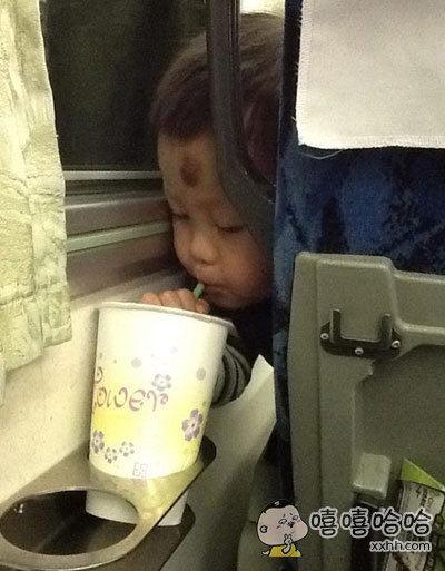 一个女网友坐火车睡着了,醒来睁眼就看到这一幕:前排的熊孩子在偷喝她的饮料。。