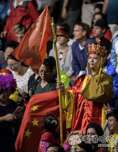 乒乓球男单马龙对张继科的决赛观众席上,粗现一位激动如唐僧的观众…