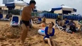 误会!比基尼美女遭男子沙滩袭胸