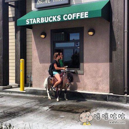 店员:咖啡要加糖吗? 女士:加加加! 店员:诶?!怎么跑了!