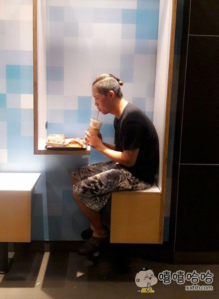 据说是台湾彰化麦当劳,有个单身狗专用座位,许多网友专门跑去体验。。。