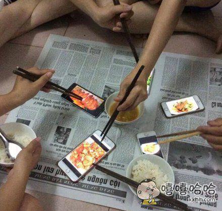一网友演示吃饭没菜的时候该怎么办,上网搜点照片假装自己吃得很丰盛,可以,这很清纯不做作