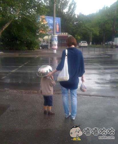 小雨中的智慧妈妈