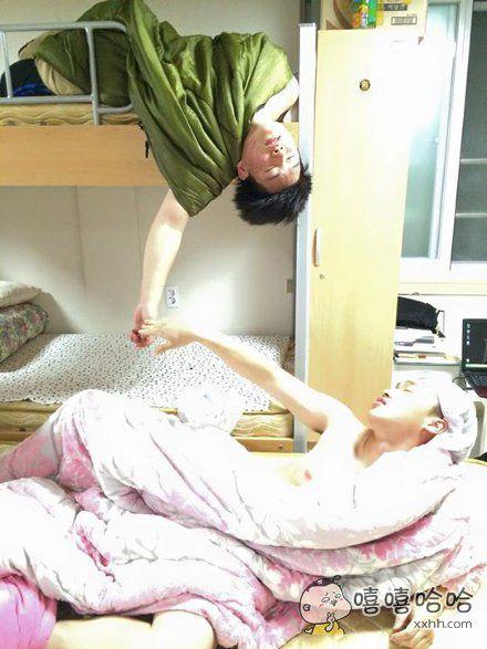 一位网友上完课回到寝室,看到上铺的兄弟还在睡梦中,于是