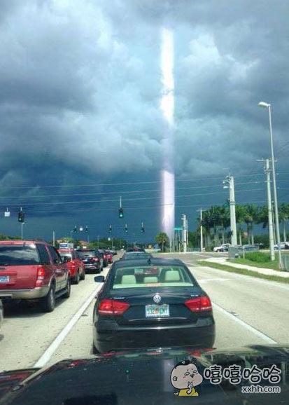网友在雷雨天气过后拍摄到的一道光束,感觉发现了真真通往二次元的入口,简直酷炫!!
