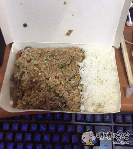 叫了一份外卖炒饭,因为怕不够吃,就交待老板多加半份米饭,结果炒饭送来是这样的