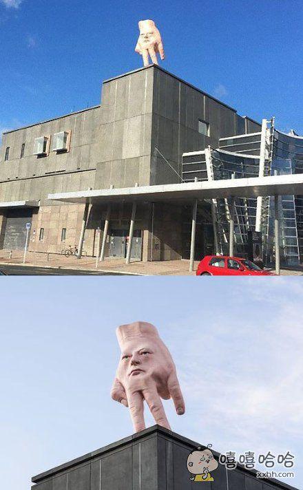 """新西兰克莱斯特彻奇一家展馆楼上的雕塑,清奇的画风引起了当地人民的骚动……设计师本人表示""""并没有什么特别意义,也没想表达什么"""""""
