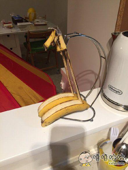 一位小哥表示,回家时他惊讶地发现,自家香蕉已经在架子上吊死了