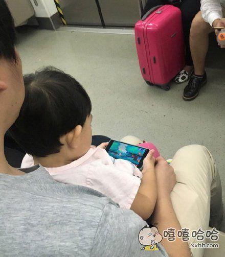 地铁上遇到个机智的亲爹,下了个游戏录像在手机里,孩子端着手机搓了半天玩的不亦乐乎。