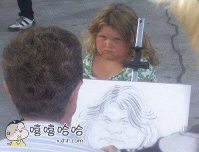 在路上看到有街边画师在给一个小女孩画肖像画。。
