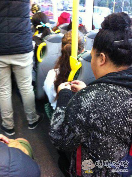 大妈……你无聊也别把前面那位姑娘的头发绑起来啊