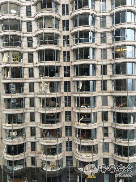 五缘湾的土豪们哀嚎一片,整栋楼靠海方向的房间玻璃全部刮走无一幸免