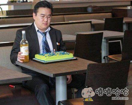 一网友拍到的自己给自己过生日的大叔。。。太心酸了