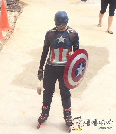 美国队长在买早餐回家的路上被抓拍。。。。。