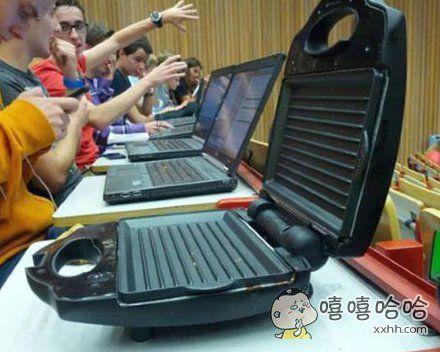 今天起床晚了,匆匆忙忙的拿着妈妈递过来的笔记本电脑就来到了教室。。