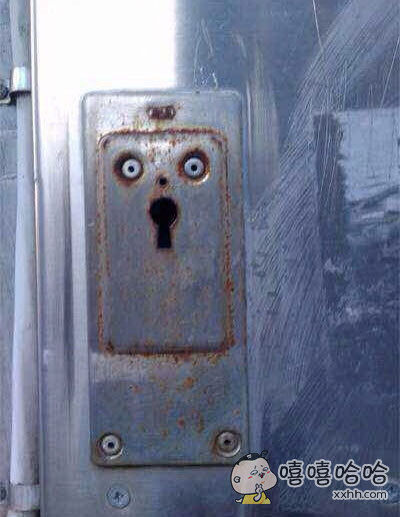 开门时感觉到了一束惊悚的目光…