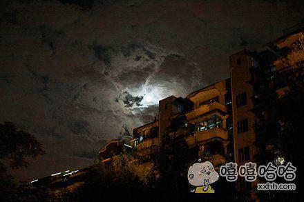 朋友追月拍到的图片,好像有神马不对。。。