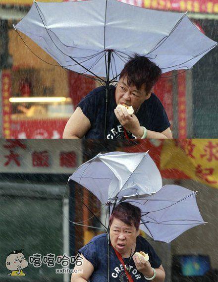 台北一位大妈台风天上街买包子。吹啊吹啊,我的骄傲放纵