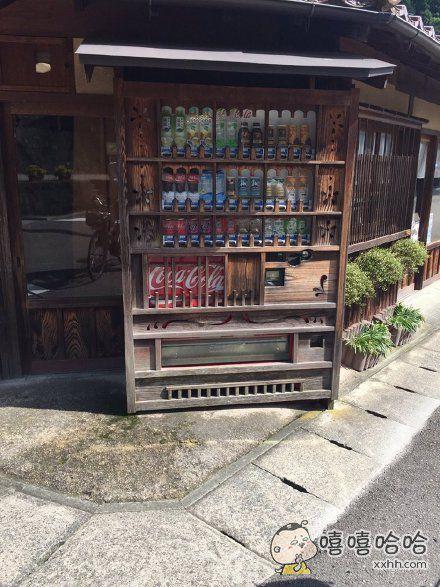 岛国出云石见银山古城的一台自动贩卖机,为了符合整个街区的古朴风貌,特意采用了全木制工艺。。。
