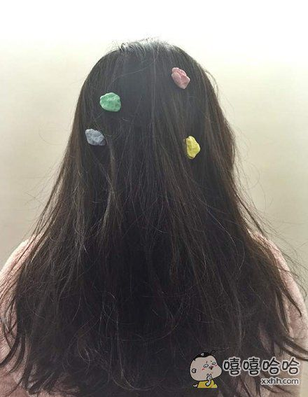竟然看到这个设计,口香糖别饰…粘到头发上简直是噩梦!