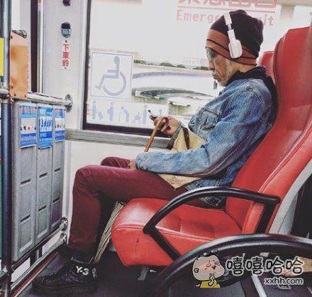 公交车上的一个老爷爷。我感觉自己low到家了