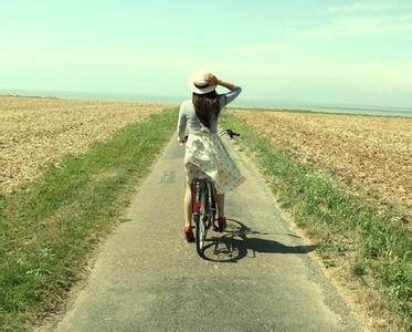 唯美的欧美女生生活照图片 骑着单车去旅行 七七空间 www.高清图片