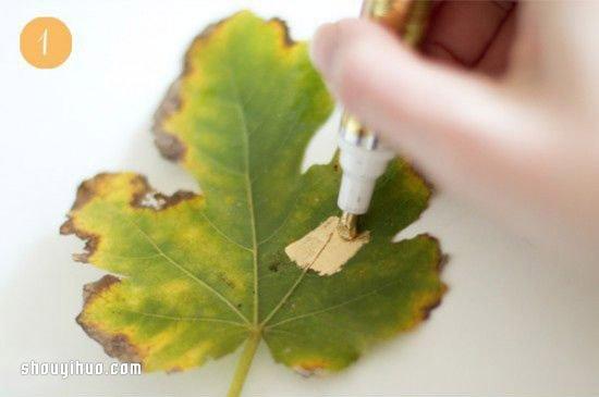 用准备好的金色颜料笔,把整片树叶都涂抹上一层金色就已经diy完成.