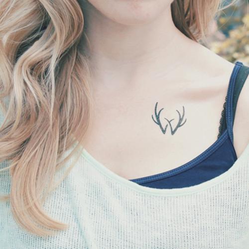 女生锁骨纹身